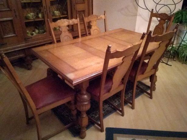 Stół jadalniany z krzesłami.