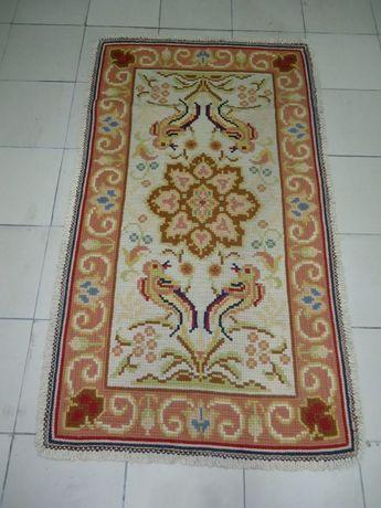 Tapete de Arraiolos em Lã com 1,50 x 0.87 feito à mão.