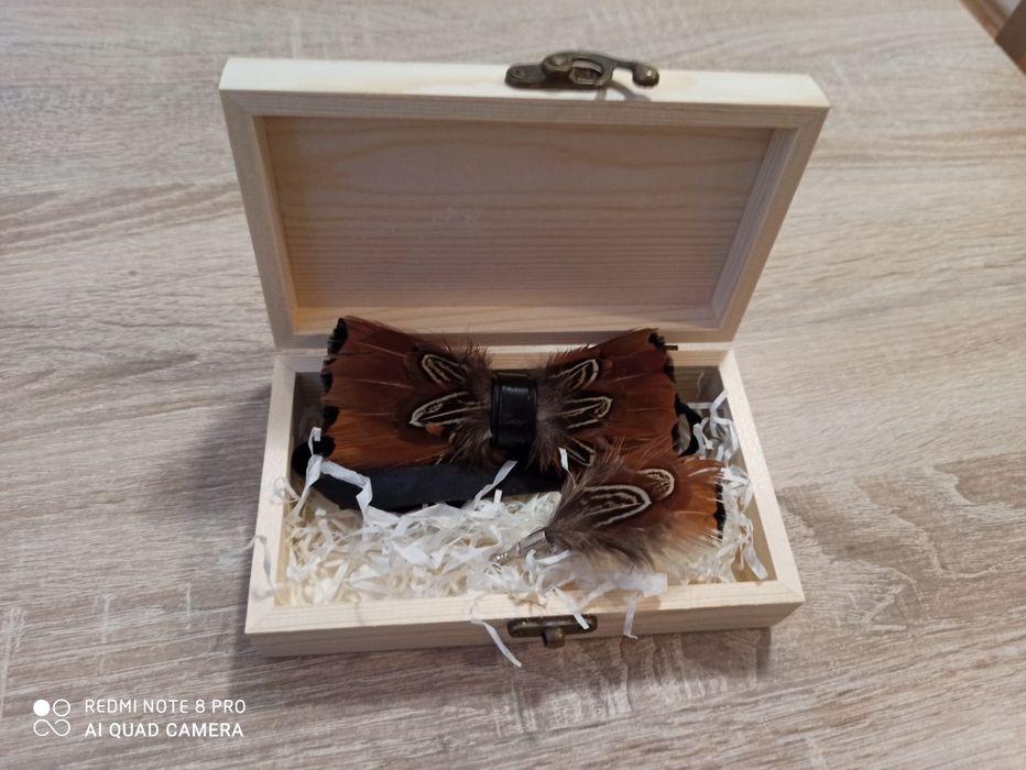 Luksusowy zestaw muszka i broszka wykonane ręcznie z naturalnych piór Pobiedziska - image 1