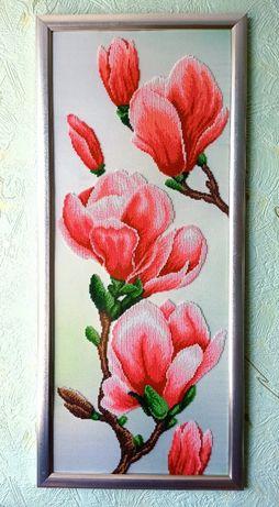 """Картина """"Цвіт Магнолії"""" вишита бісером в рамці з антибліковим склом."""
