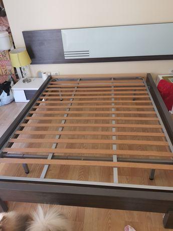 Cama casal 140  X 200 com estrado + mesas cabeceira