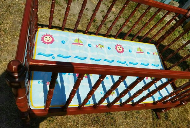 Продам деревяную детскую кроватку с ортопедическим  матрасом колыбель
