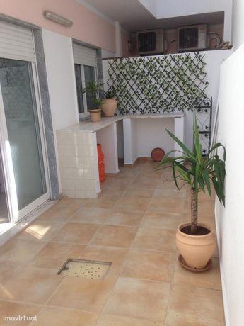 Apartamento T1 + 2 c/ quintal no centro de Monte Gordo