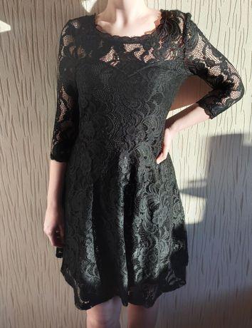 Rozkloszowana sukienka z czarnej koronki