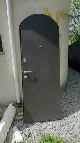 Входная дверь металлическая.