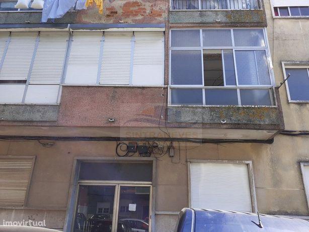 Apartamento T2, na Damaia de cima, em remodelações