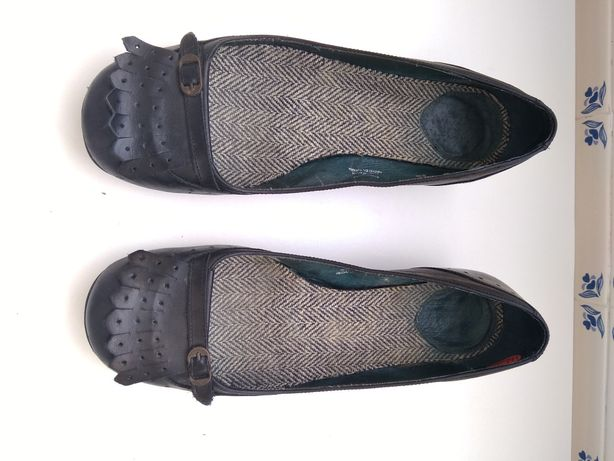 Sapatos forrados a tecido em muito bom estado, pretos.