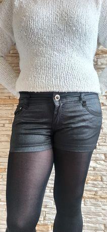 Krótkie spodenki damskie  firmy Goodies jeans czarne lekko połyskujace