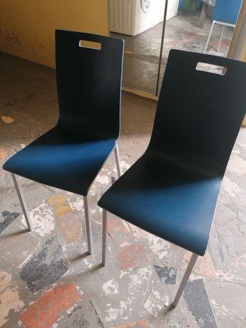 Duas cadeiras em tom azul.