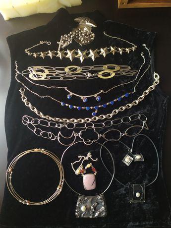 Colares de prata e pedras preciosas