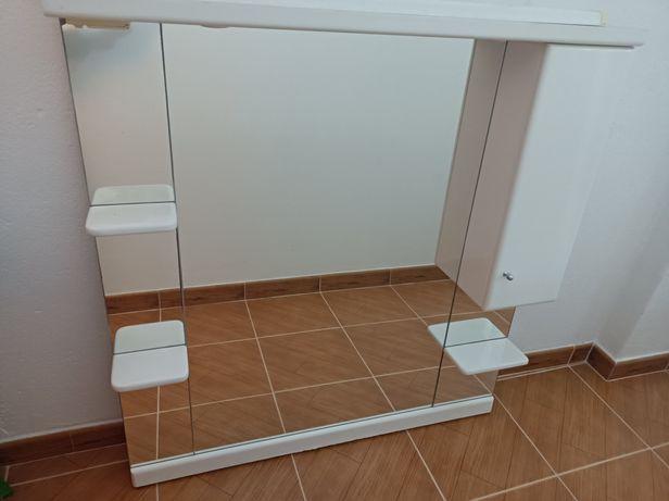 Espelho de casa de banho com luz e tomada