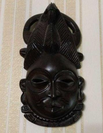 Африканская женская маска из дерева.
