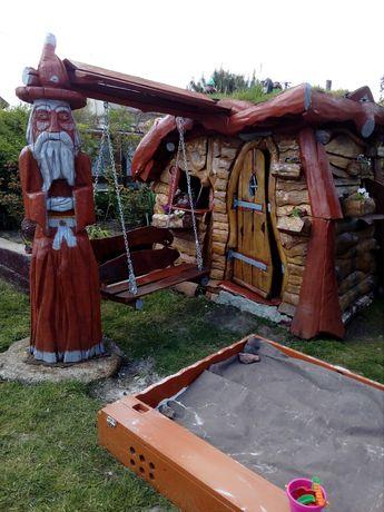 Дерев'яний будиночок-альтанка з зеленим дахом