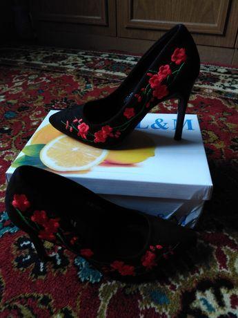 Замшевые туфли с розочками