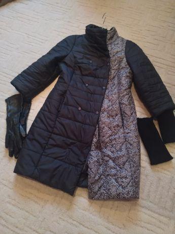 Куртка-плащ, чорного кольору , з комбінацією вставки чорно-білого.
