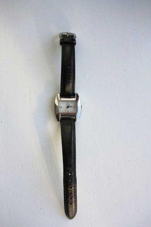 Relógio em pele com bracelete preta da GUESS