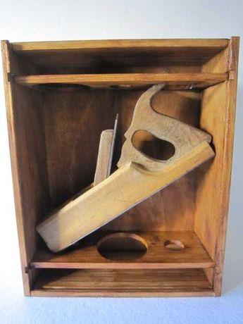 Plaina antiga em caixa de madeira escurecida