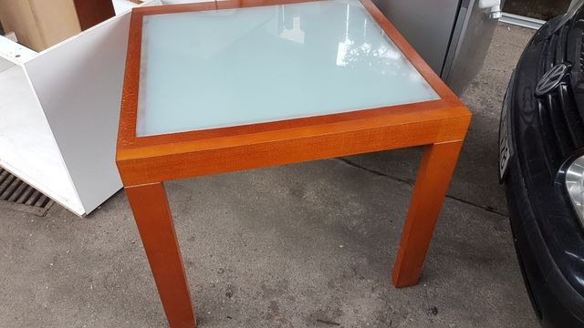 Stół drewniany z szybą mleczna
