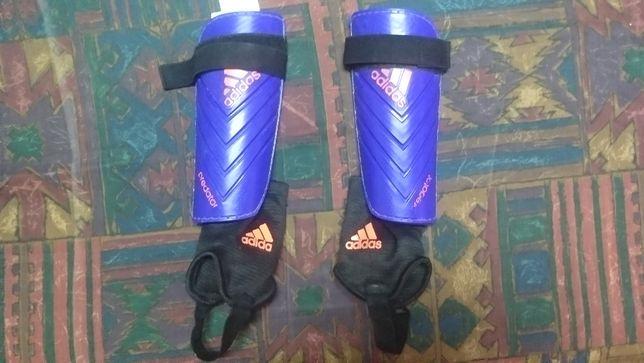Футбольные щитки Adidas Predator.