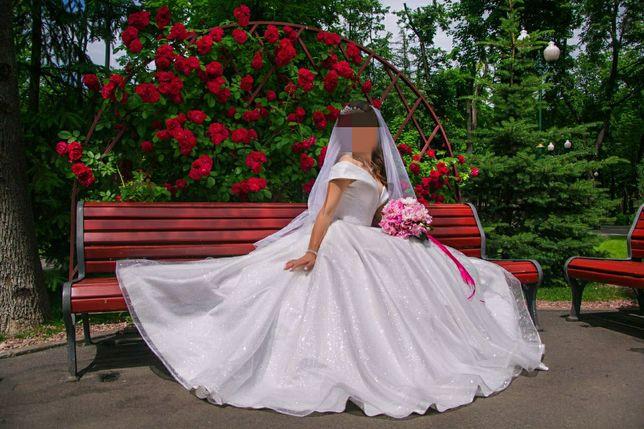 Роскошное свадебное платье, пышное, блестящее,глиттер, спущенное плече