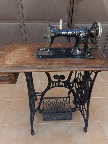 Máquina de costura PAFF antiga.