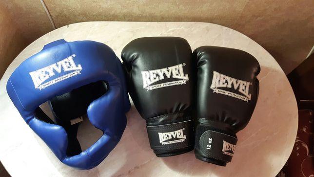 Боксёрские перчатки и защитный шлем