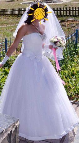 Продається ніжно біла весільна сукня