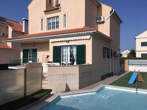 Moradia independente V3+2 com piscina aquecida em Alcochete
