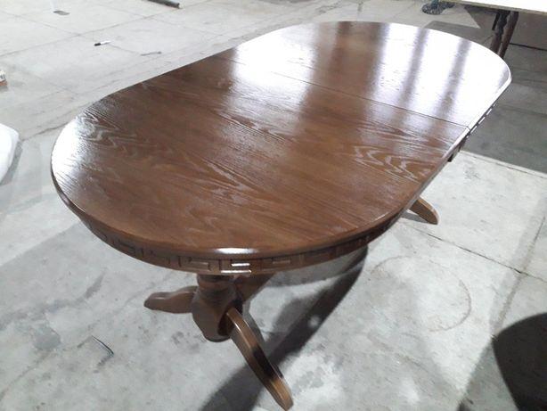 Деревянi столи та стiльцi.