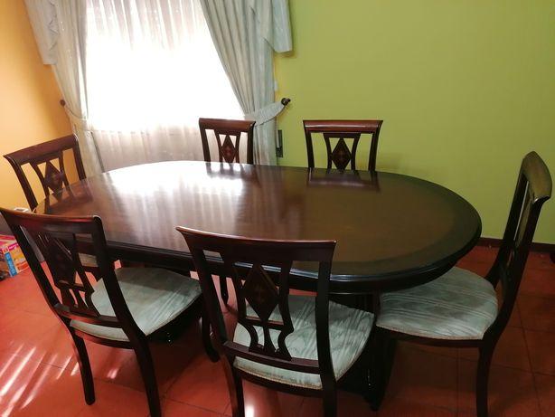 Móveis de sala com mesa e cadeiras