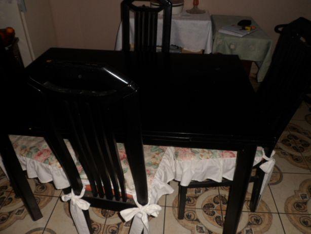 rozkładany stól z krzesłami