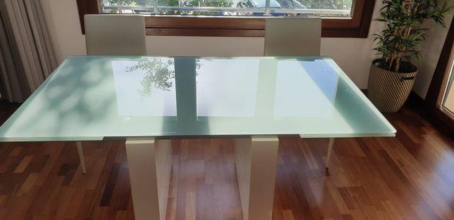 Vendo mesa jantar (vidro temperado) e 6 cadeiras