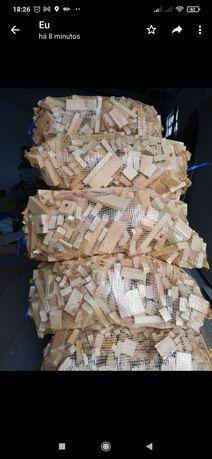Sacos de lenha de pinho