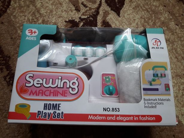 Игрушечная швейная машинка