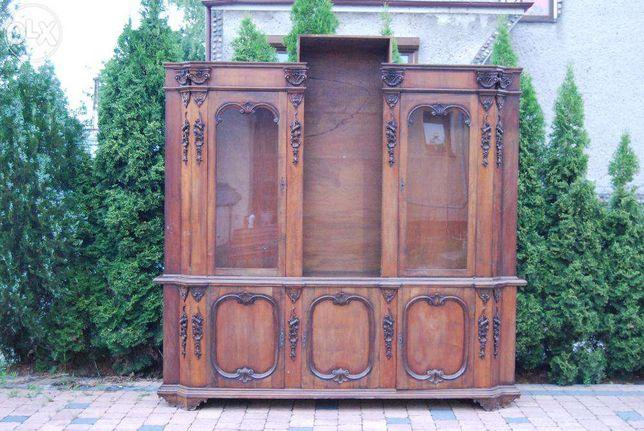 bardzo stara witryna z drewna