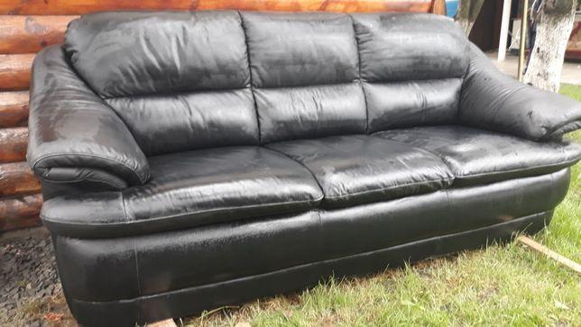 Продам трьохмісний шкіряний диван в хорошому стані