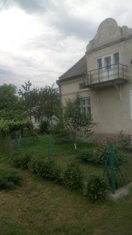 Продається половина будинку в м. Хирові