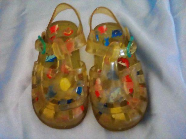 Sandálias de praia para bébé.