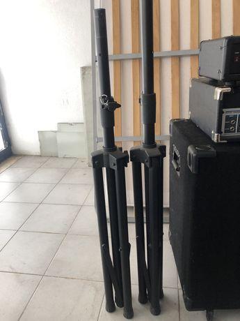 Sistema de som com colunas e tripé