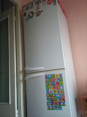 Продам двухкамерный холодильник Атлант б/у