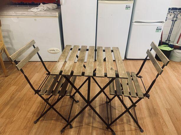 Mesa com cadeiras, cadeiras e bancos