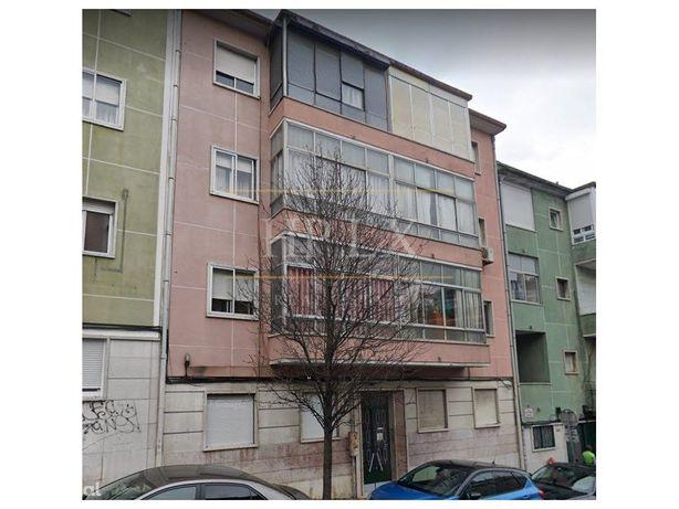 Apartamento T2, com 72 m2, totalmente remodelado, a estre...