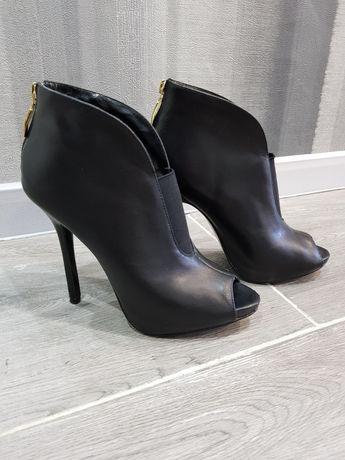 Ботильйоны туфли Guess с открытым носком ботинки сапожки на шпильке