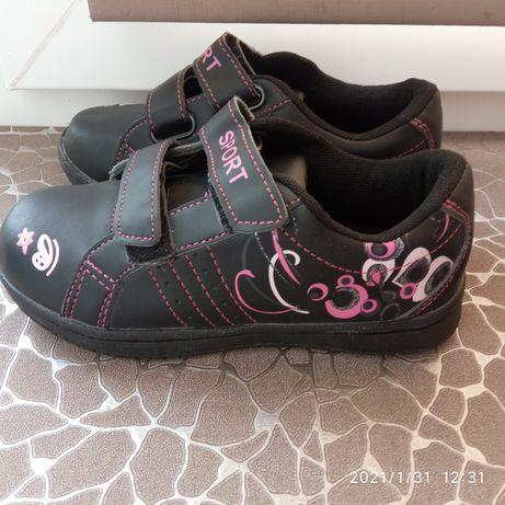 кросівки, туфлі на крихітку
