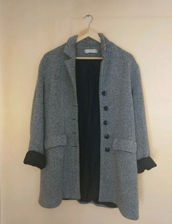 szary płaszcz z guzikami modny