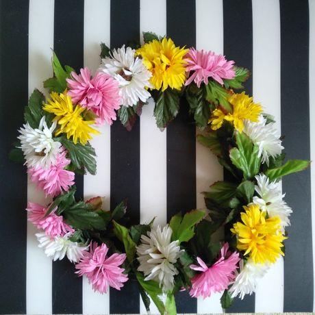 Wianek że sztucznych kwiatków