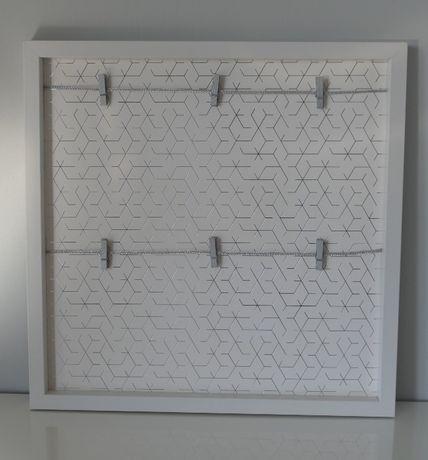 Biała ramka na zdjęcia ze spinaczami