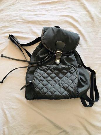 Uma mala e uma mochila