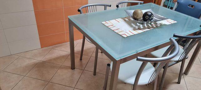 Mesa de vidro temperado da Calligaris com 4 cadeiras da mesma marca