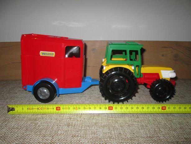Traktor z przyczepą i koniem: podnoszona kabina i maska
